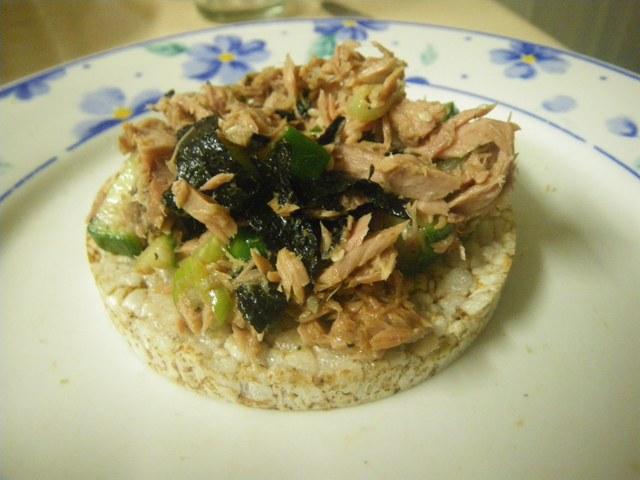 tuna-nori-seaweed-salad-on-rice-cake